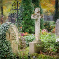 Przygotowanie grobu na święto Wszystkich Świętych